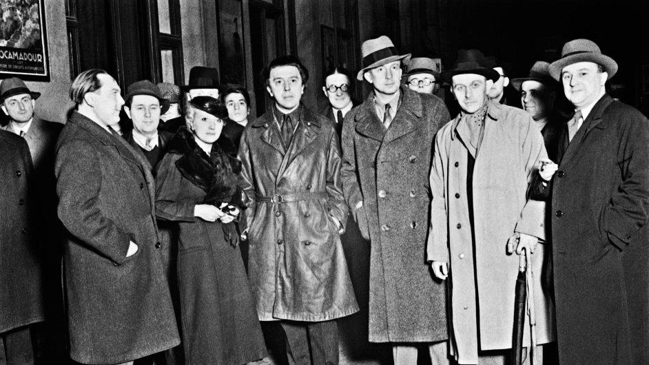 S Andrém Bretonem (uprostřed) a Paulem Eluardem (uprostřed v klobouku) se roku 1935 nechali vyfotografovat Vítězslav Nezval (vlevo), Josef Šíma a Adolf Hoffmeister.