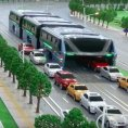 ��nsk� spole�nost Transit Explore Bus p�edstavila na technologick�m expu v Pekingu model autobusu, kter�m mohou proj�d�t auta.
