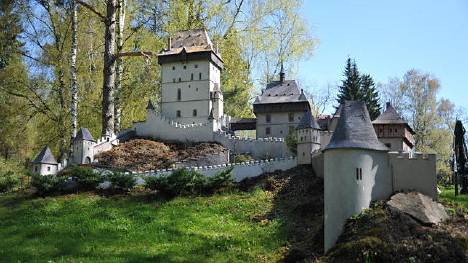 Mezi miniaturami českých památek je i nejslavnější hrad Karlštejn.
