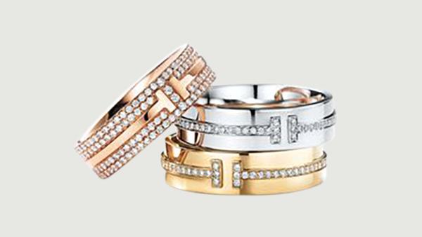 Legendární kolekce TIFFANYT se rozšiřuje onové šperky scharakteristickým designem. Prsteny zrůžového, žlutého abílého zlata astříbra pořídíte sdiamanty ibez. Cena sdiamanty 229000 Kč.