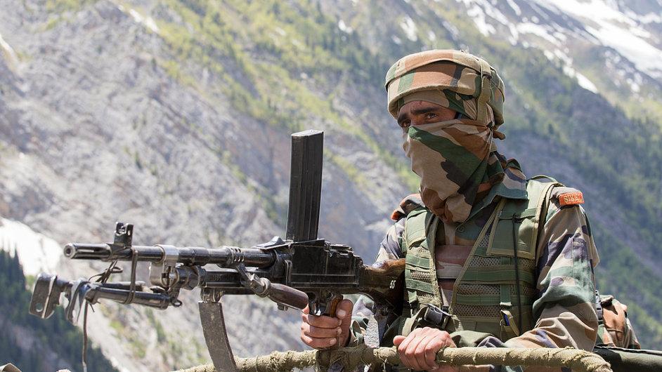 Indický voják, který hlídá hranice v Kašmíru.