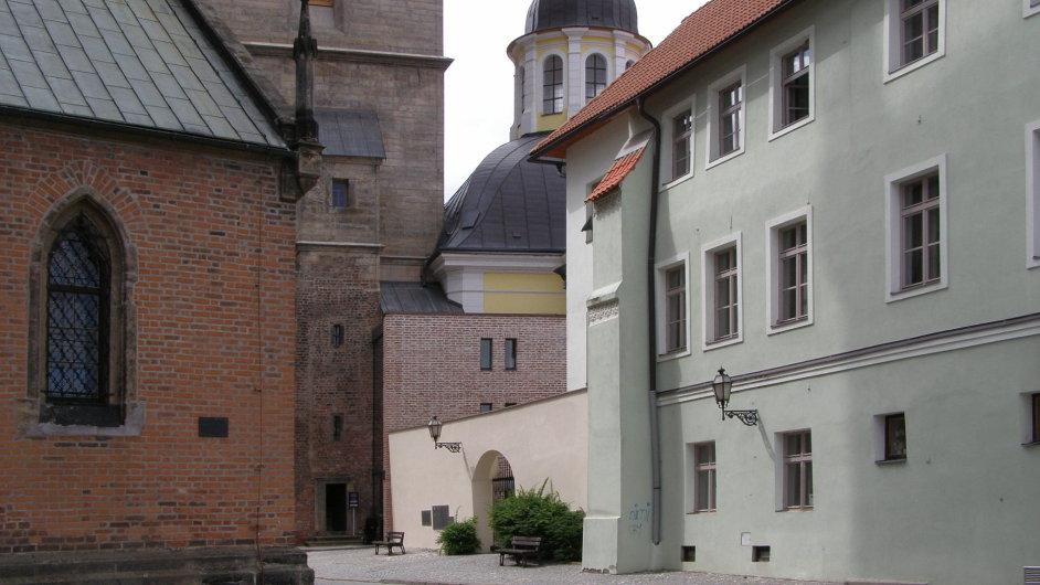 Přístavba pokladny a schodiště kBílé věži vHradci Králové