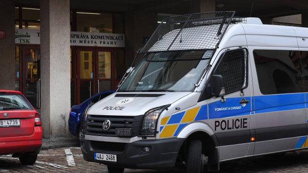 Asi dvacítka policistů přišla do sídla organizace v ulici Řásnovka na Starém Městě zhruba kolem 15. hodiny.