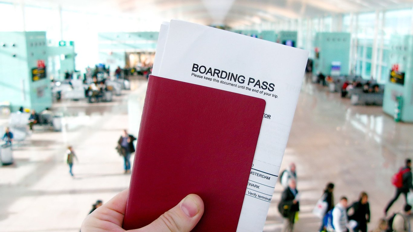 Ceny letenek v Česku klesají. Aerolinky to dohánějí na ostatních poplatcích
