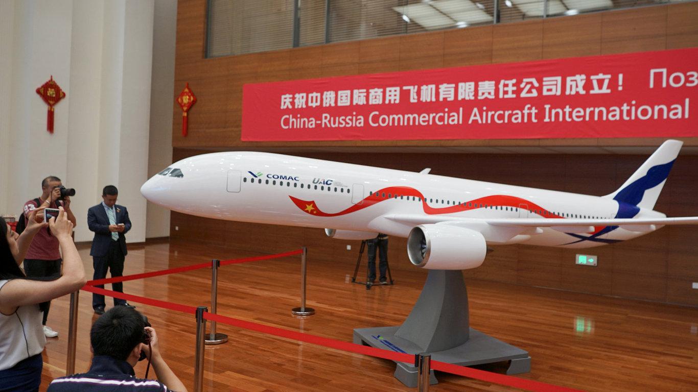 Čína s Ruskem vyvinou velké dopravní letadlo. Při představení spolupráce ukázaly jeho první model.