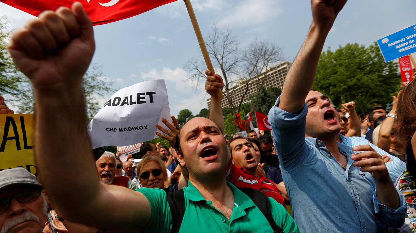 USA vydaly zatykače na 12 členů Erdoganovy ochranky, kteří napadli kurdské protestující. – Ilustrační foto