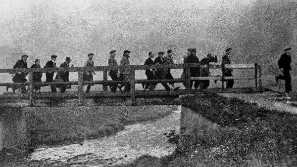 Chudoba vzanedbaných částech Sudet přispěla ktomu, že tamní obyvatelé spatřili východisko vevolání Konrada Henleina. Nasnímku zroku 1938 obyvatelé Sudet odcházejí doNěmecka.