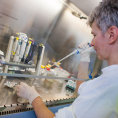 Za podíl v gumárnách dostal 15 miliard, teď Němec investuje do biotechnologií. Koupil dodavatele pro laboratoře