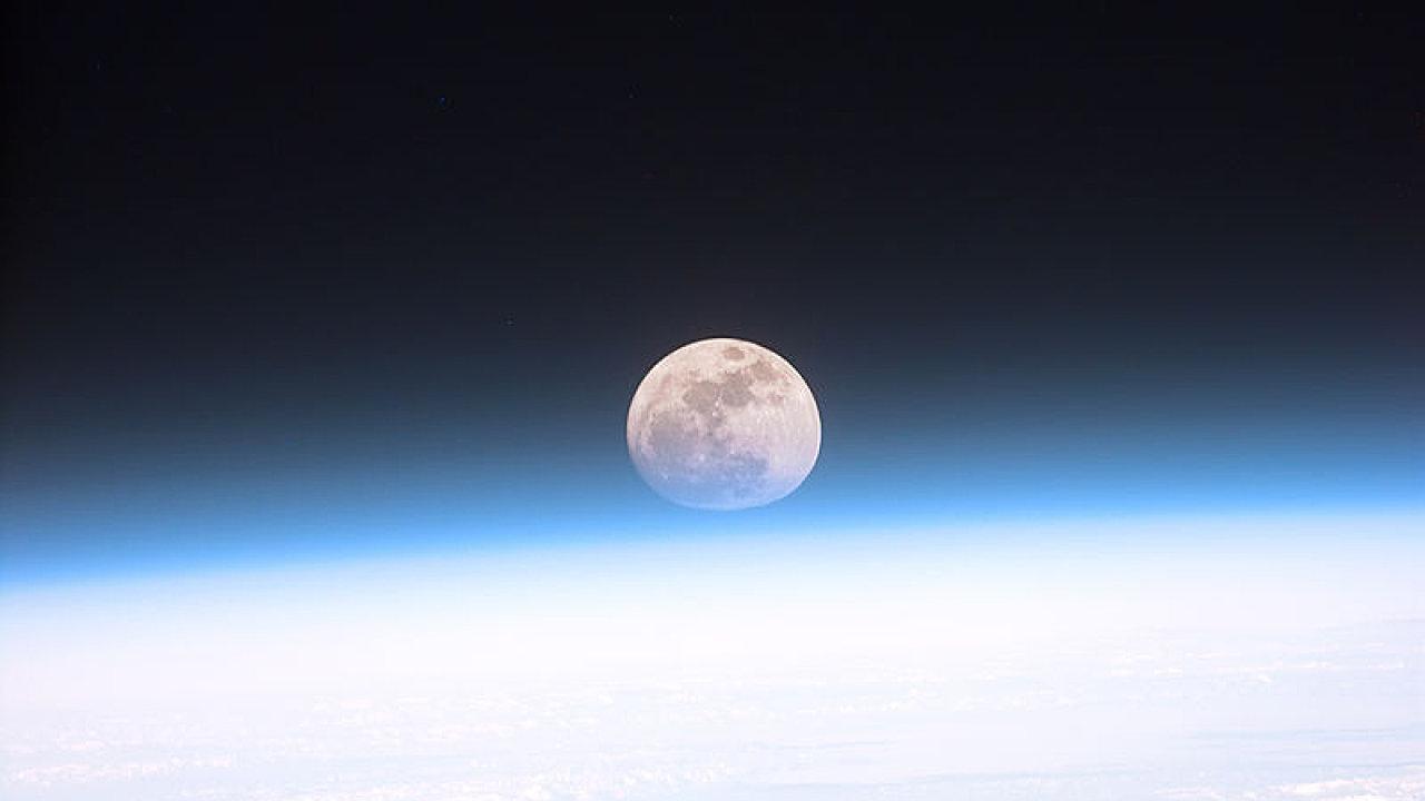 Země, Měsíc