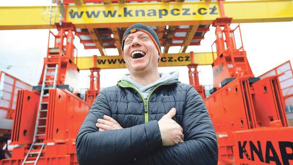 Zakladatel firmy Pavel Knap s energetickým zvedacím systémem složeným z několika zvedacích a podpěrných segmentů. Systém je používán na zvedání generátorů a turbín.