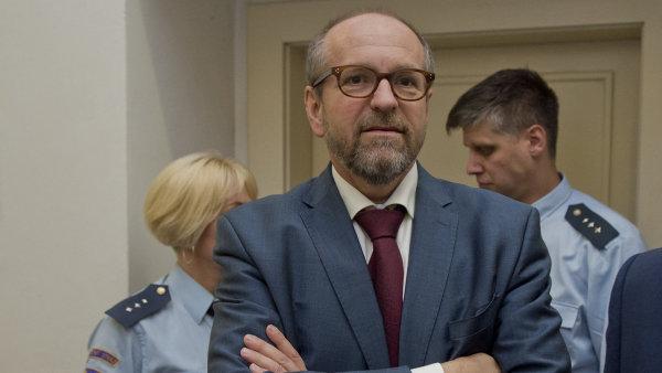 Na dotaz soudkyně ve čtvrtek Fuksa upřesnil, že mu ministr neříkal, čí nápad tato nabídka byla.