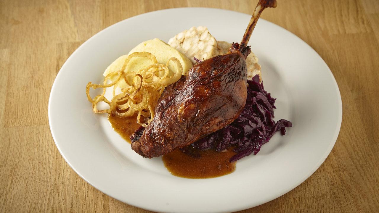 O svatomartinském víkendu na stole nesmí chybět husa s knedlíkem a zelím.