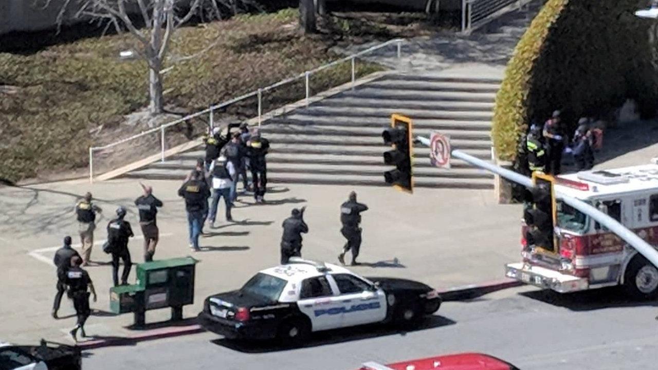 Policisté zasahují v sídle Youtube.