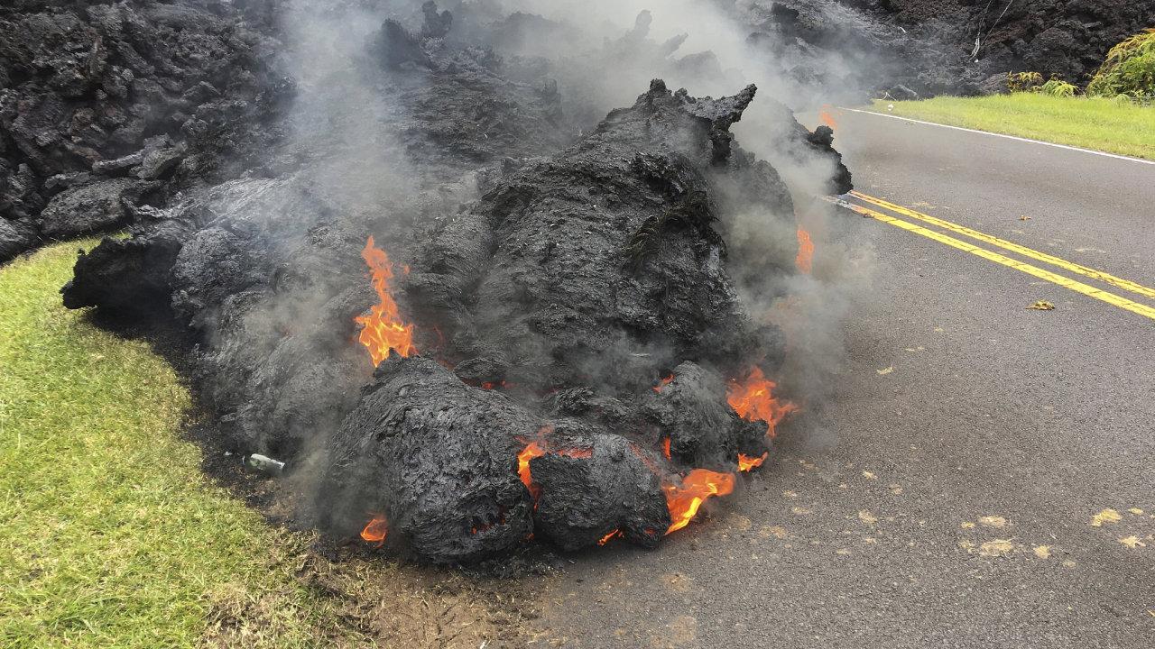 Láva na silnici v blízkosti sopky Kilauea