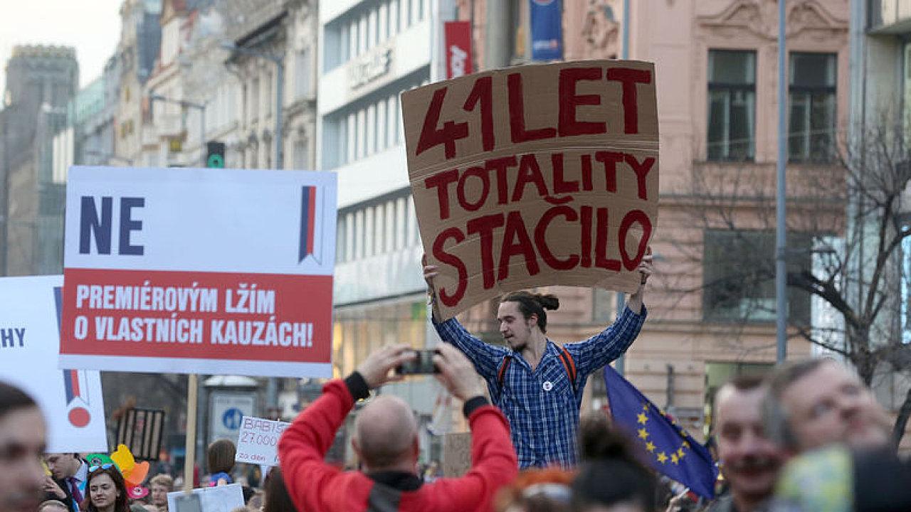 ŽIVĚ: Lidé v centru Prahy protestují proti Babišovi. Odmítají vládu podporovanou komunisty