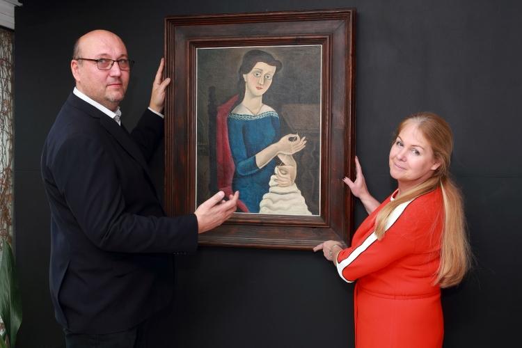 Tomáš a Marie Hejtmánkovi s obrazem Švadlena Františka Muziky