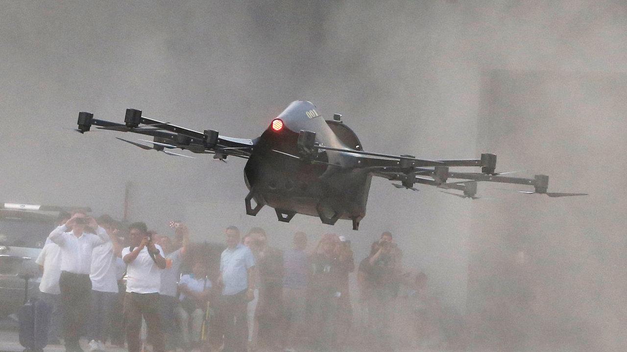 Filipínský vynálezce Mendiola testuje dron pro přepravu lidí.