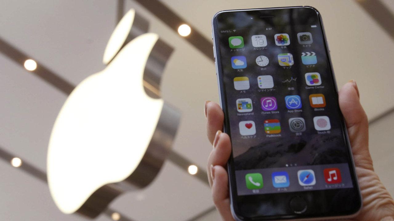 Chytré telefony iPhone tvoří už skoro dvě třetiny příjmů společnosti Apple.