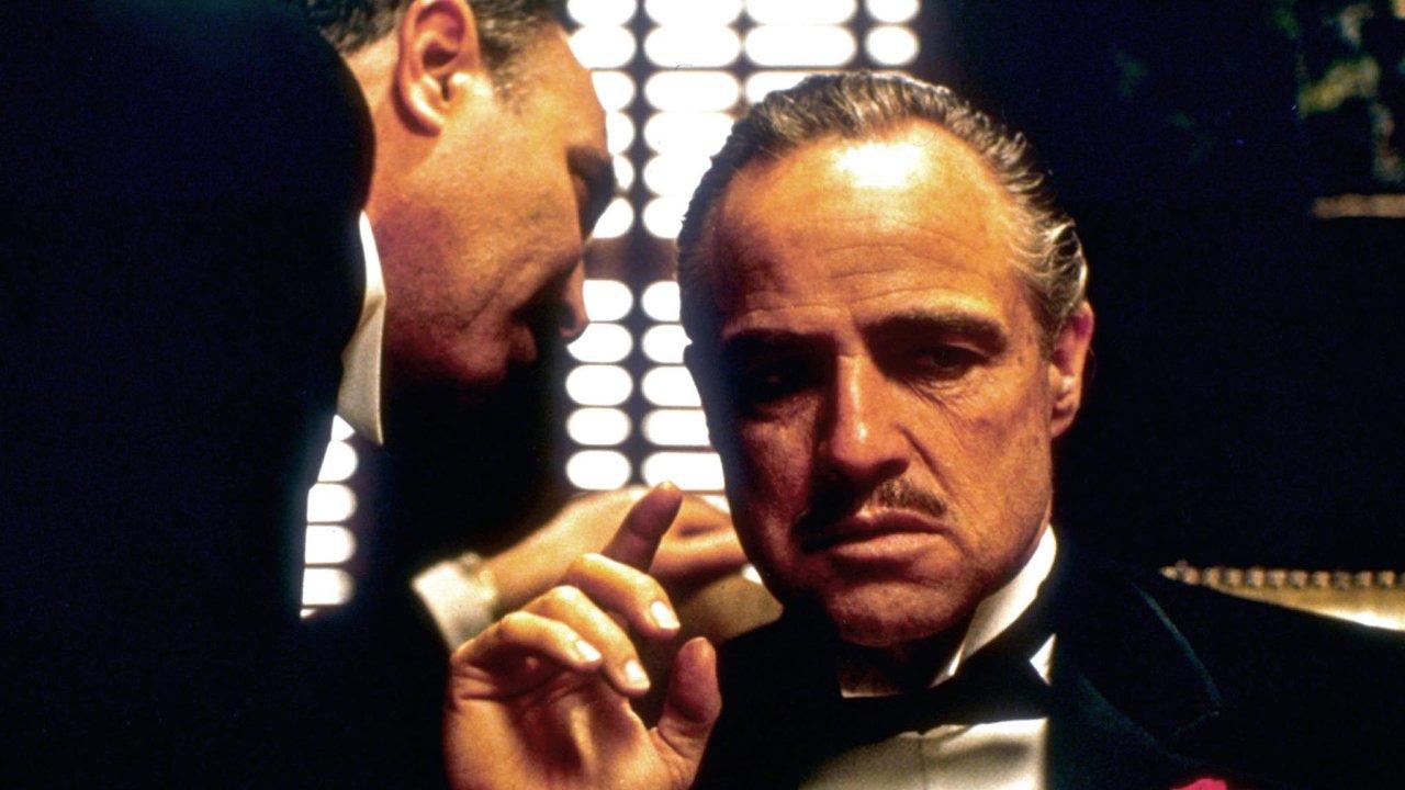 """Přátelství je nadevšechno.""""Věřím vpřátelství ajsem ochoten dokázat své přátelství první."""" Přátelství arodina patří kdůležitým tématům proslovů hlavního hrdiny Kmotra Vita Corleona."""