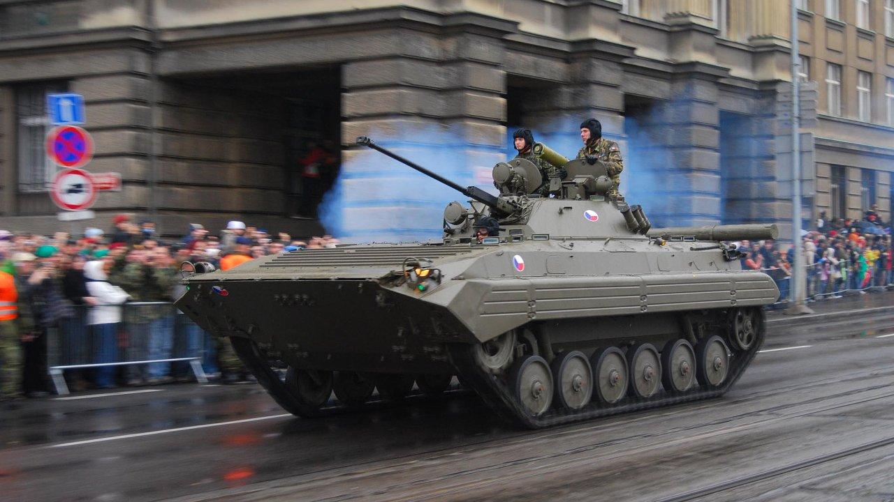 Dosluhující vozidla: novými stroji se armáda chystá nahradit zastaralá bojová vozidla BVP-2. Jejich konstrukce vznikla užv70.letech 20. století.