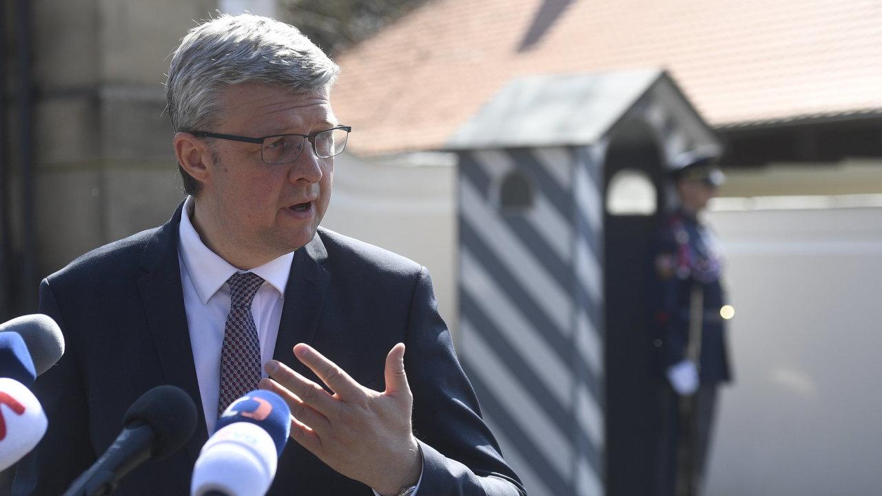Kandidát na ministra průmyslu a obchodu Karel Havlíček hovoří s novináři v Lánech, kde se setkal s prezidentem Milošem Zemanem.
