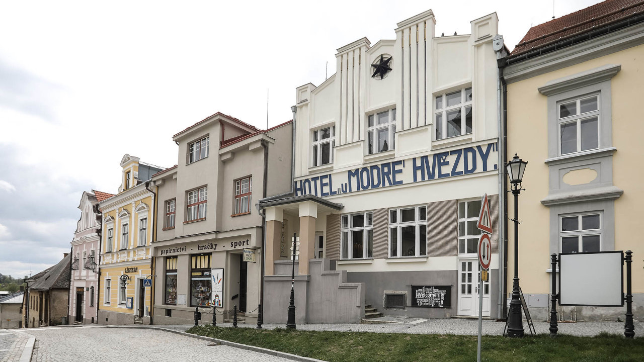 Filmový hotel. UModré hvězdy v Počátkách se natáčely scény zfilmu Postřižiny, bydleli vněm seriáloví Návštěvníci aobjevil se ivefilmu Jízda.