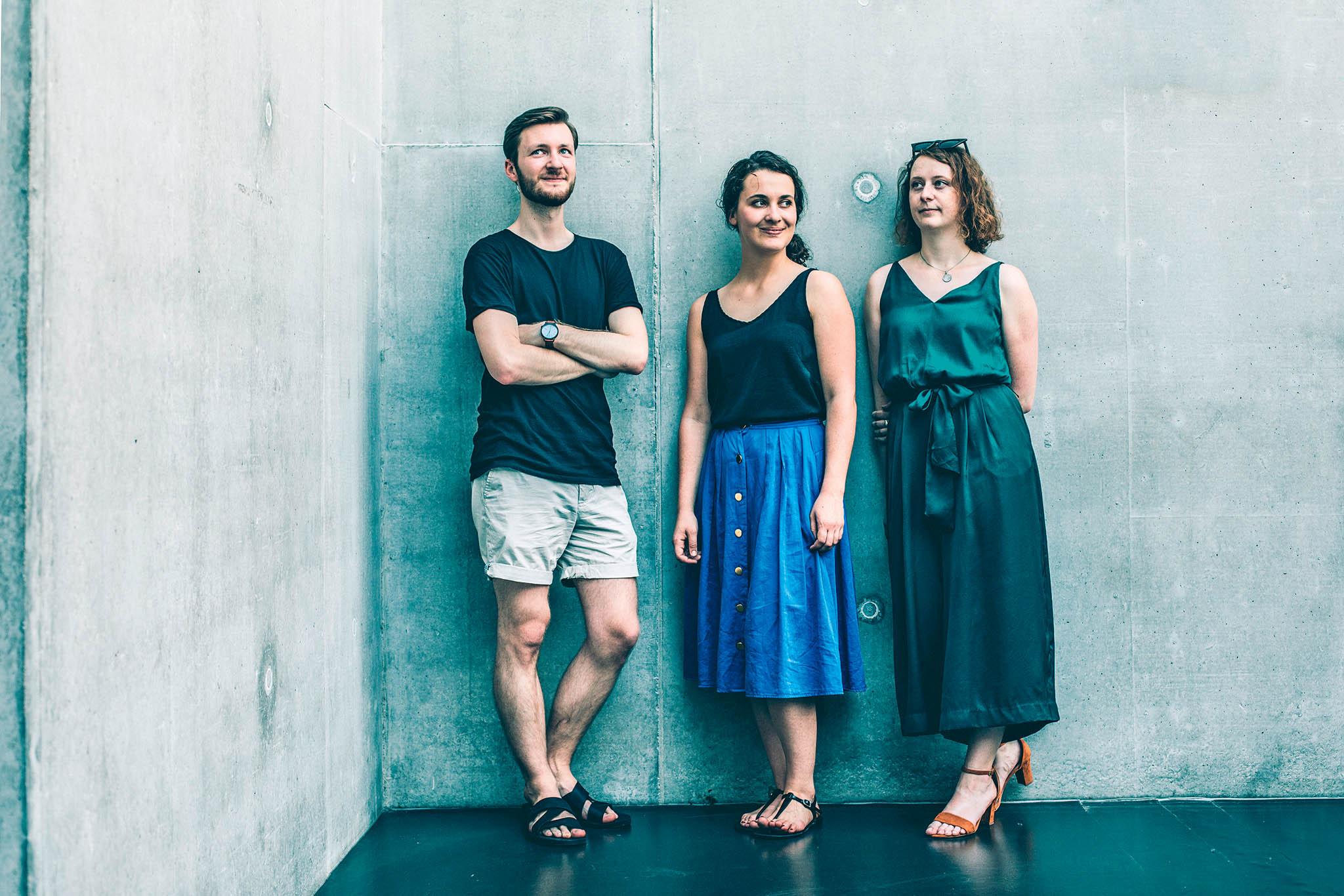Trojice studentů architektury z ateliéru Hlaváček–Čeněk (Michael Košař, Veronika Tichá, Anna Blažková), kteří stojí za projekty nových krkonošských útulen.