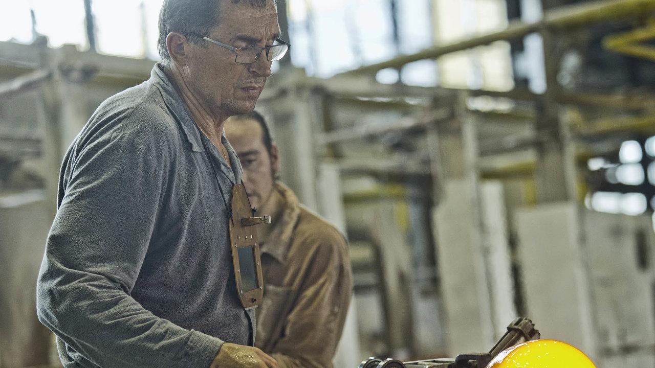 Chybí lidé. Sklářské řemeslo se mnohdy dědí z generace na generaci. Mnohé školy a firmy orientované na sklo nyní řeší nezájem lidí o práci ve sklárnách.
