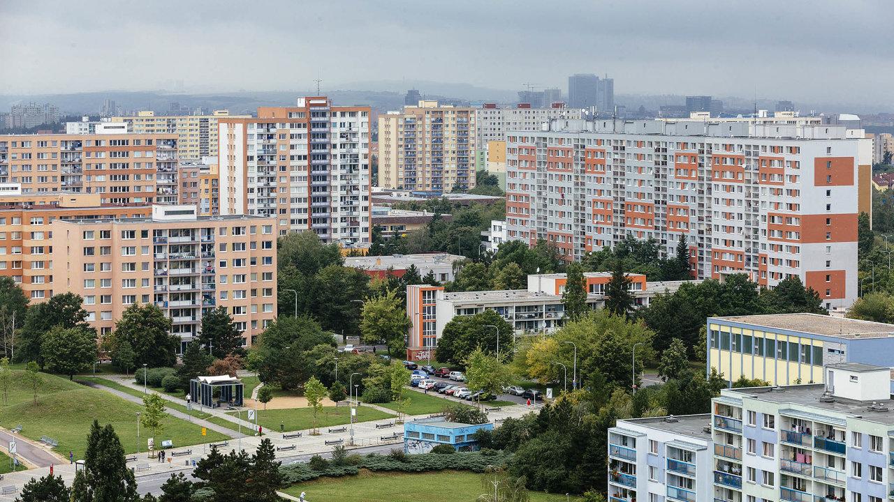 Většina bytů, které vlastní hlavní město, je nasídlištích. Praha plánovala výstavbu domů pro stovky lidí naČerném Mostě avDolních Počernicích. Nové vedení magistrátu však druhý projekt zrušilo aprvní chce přepracovat.
