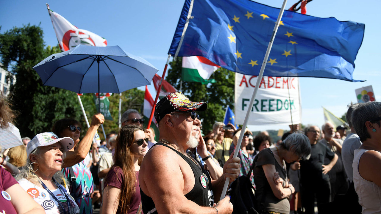 Zasvobodnou vědu. Proti novému zákonu včervenci demonstrovali lidé před budovou Maďarské akademie věd vBudapešti.
