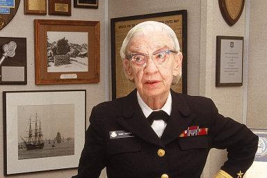 Grace Hopperová začala svou kariéru na akademické půdě, kpočítačům se ale dostala až varmádě, do které se sama přihlásila vdobě druhé světové války. Do penze odešla vroce 1986, vosmdesáti letech.