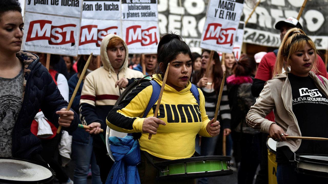 Druhá největší jihoamerická ekonomika seopět topí vproblémech. Předlužená Argentina nakonci srpna oznámila plán jednostranně prodloužit splatnost části dluhopisů, cožde facto znamená bankrot, už devátý vhistorii země.