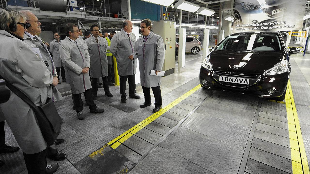 Na archivním snímku slovenští politici při výrobě miliontého Peugeotu 208 v Trnavě.