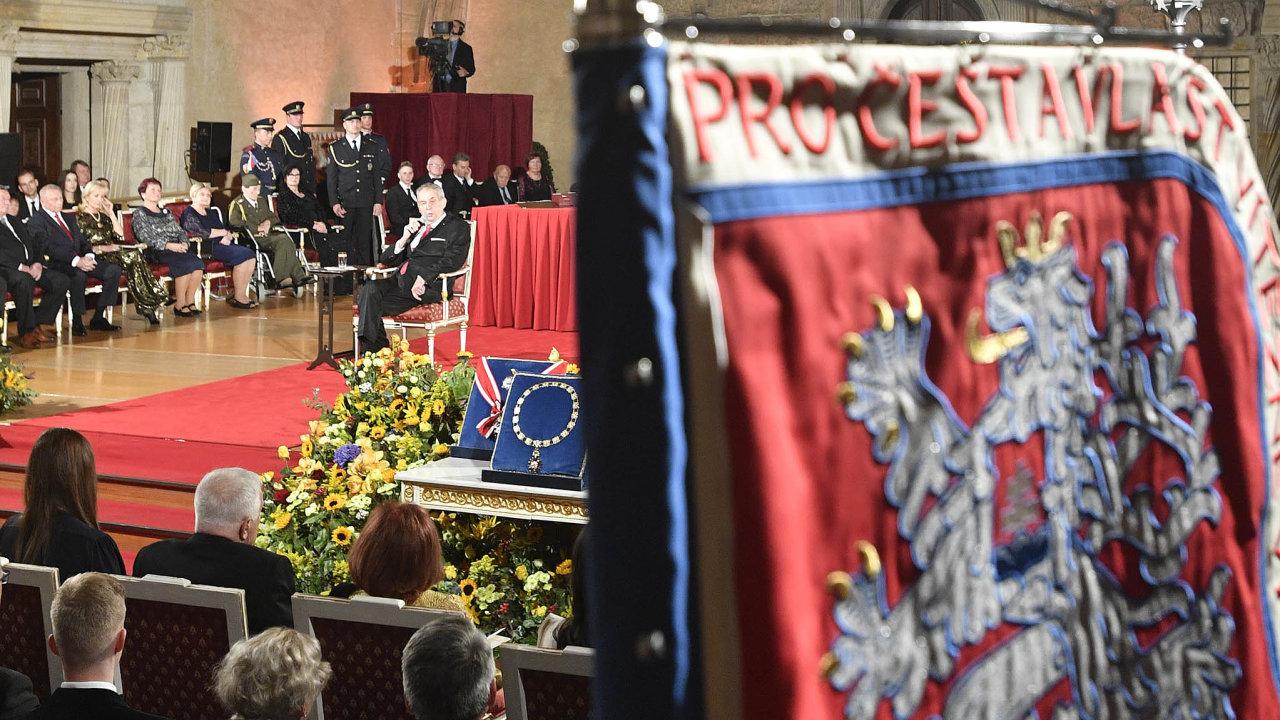 Symboly. Vedle státní vlajky, bílého lva, řádů a vyznamenání by i osoba prezidenta měla symbolizovat národní identitu a jednotu.