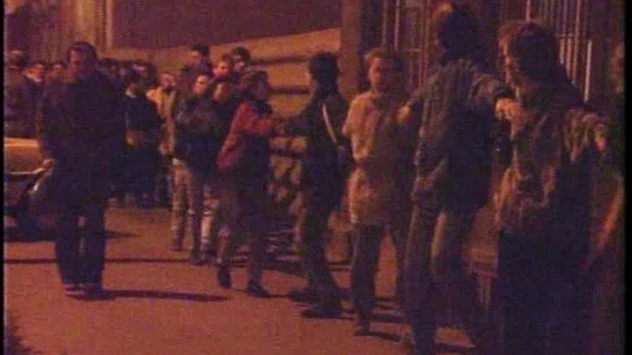 Na Mierovom, dnes Hodžovom námestí pred dnešným prezidentským palácom sa 16. novembra 1989 zišlo zrôznych fakúlt Univerzity Komenského asi 200 študentov, vrátane niekoľkých stredoškolákov.