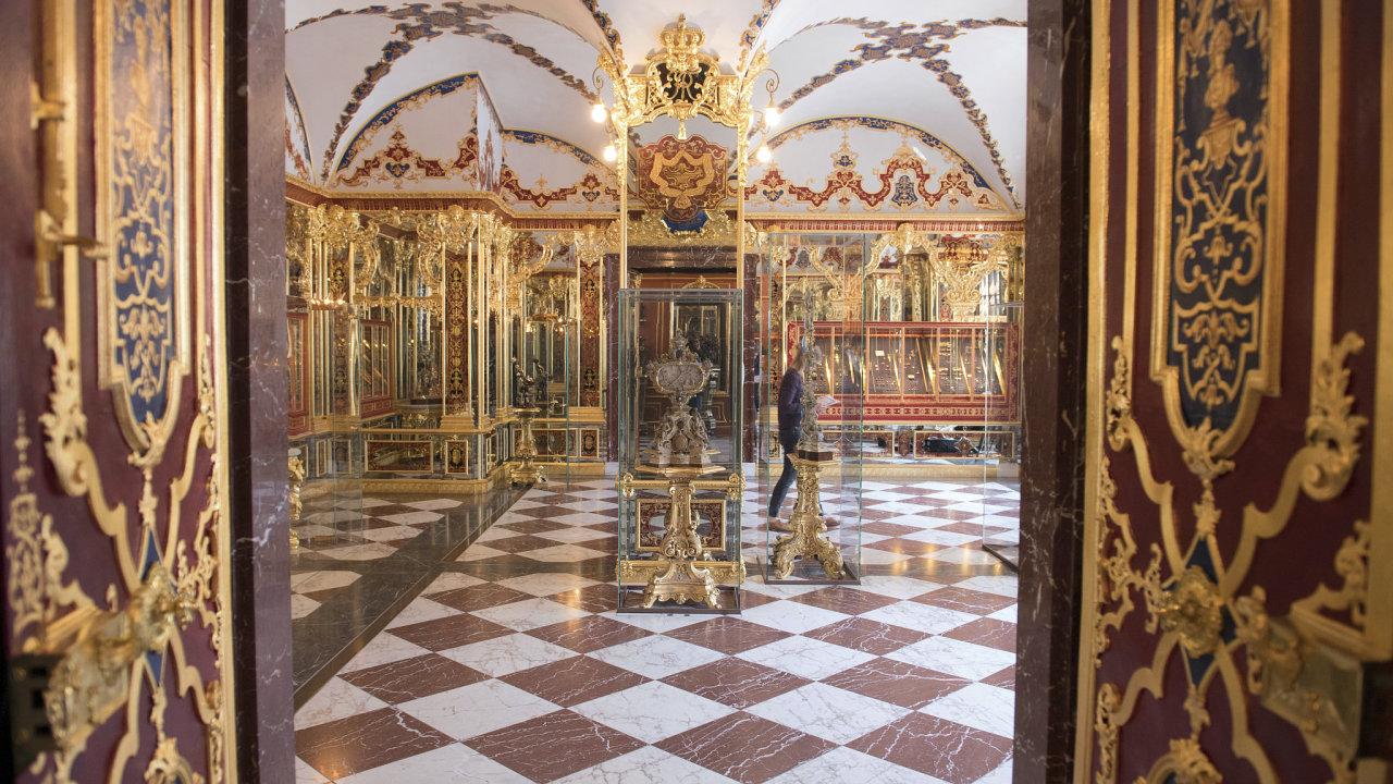 Šperky a drahokamy, které zloději ukradli v drážďanské klenotnici Grünes Gewölbe, mají podle listu Bild hodnotu v přepočtu okolo 25 miliard korun.