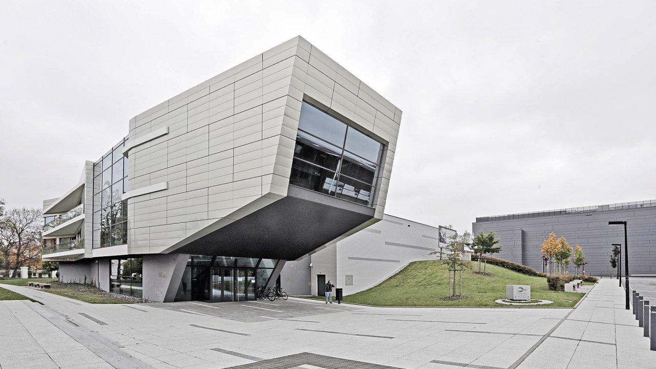 Budova laserového centra HiLASE se nachází v Dolních Břežanech.
