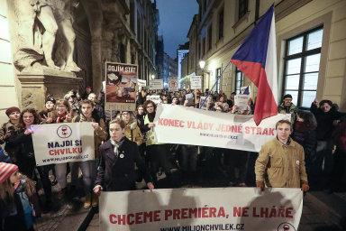Protestující se vydali napochod zVáclavského náměstí kÚřadu vlády.