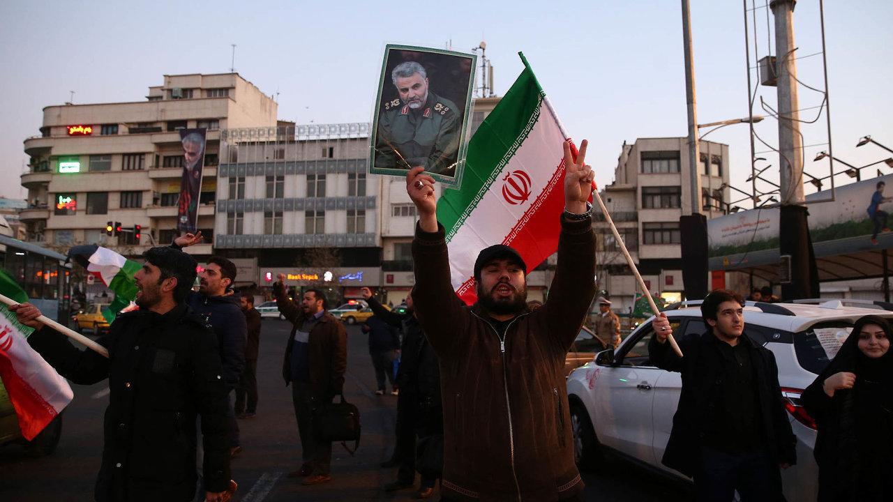Víránském hlavním městě Teheránu lidé slavili odpálení raket naamerické základny vIráku. Írán tak odpověděl nazabití generála Solejmáního.