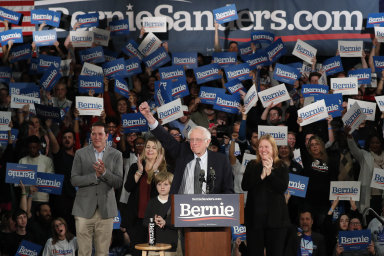 Senátor Bernie Sanders už nyní prohlásil, že vede ve stranickém hlasování před Petem Buttigiegem.