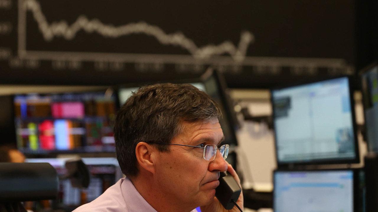Pád evropských akcií. Během pondělí padaly také akcie na burze ve Frankfurtu. Její hlavní index DAX klesl ovíce než pět procent.