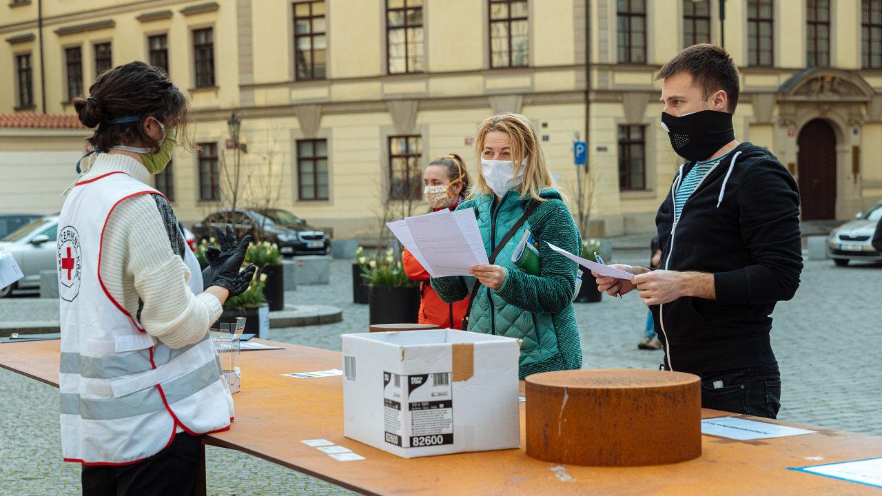 koronavirus, Praha, rouška, Červený kříž, dobrovolníci