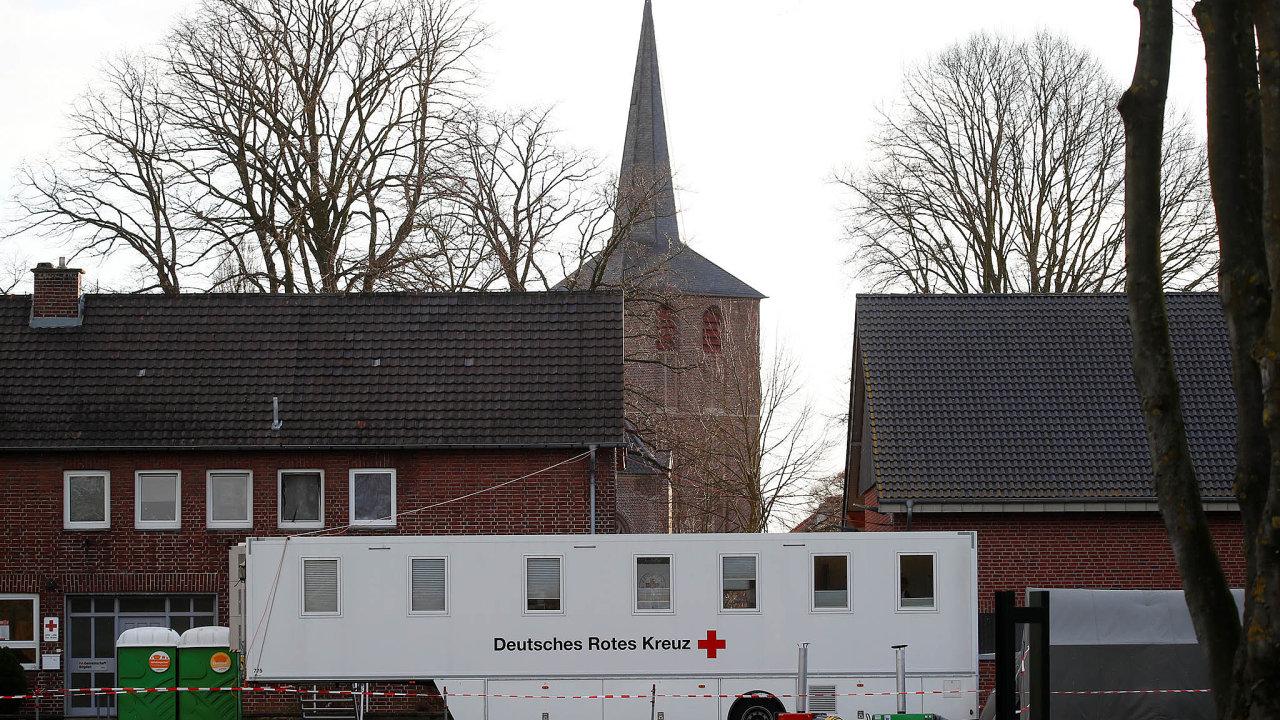 Ze 40tisíc obyvatel německého Heinsbergu se onemocnění potvrdilo u1200, více než 30 jich zemřelo. Odborníci zde provádějí výzkum, jenž by mohl pomoci při hledání strategie vboji skoronavirem.