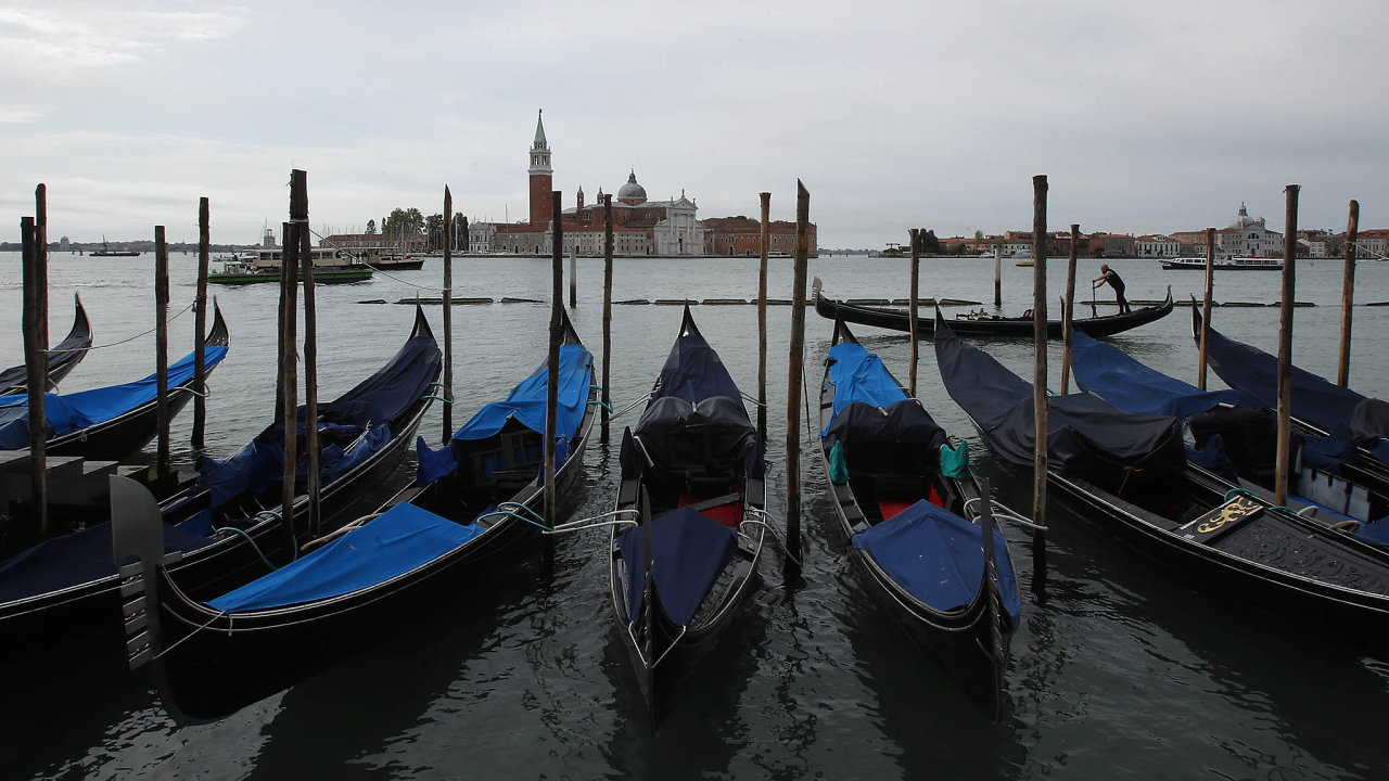Gondoly jsou opuštěné, turisté veměstě nejsou. Nevládní organizace Row Venice je používá jen kdovážce potravin pro starší anemocné.