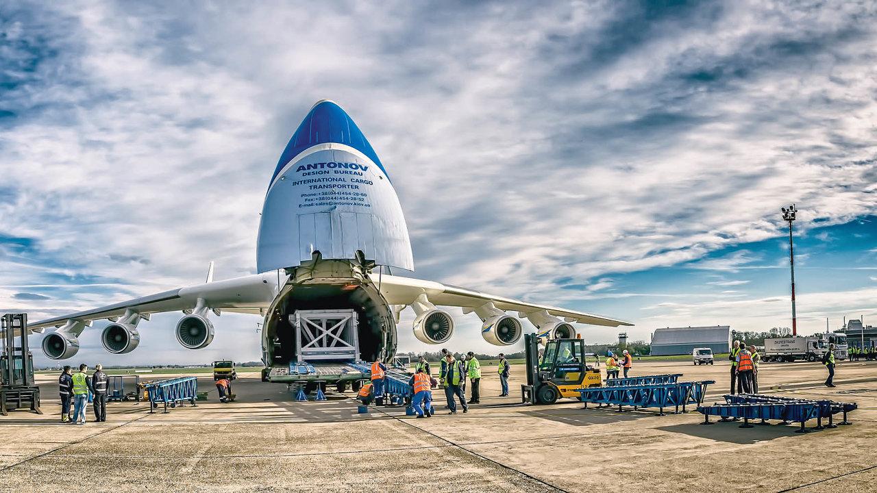 Letecké cargo se normálně vozí především vtrupu pasažérských letů. Ty ale prakticky přestaly létat. Specializovaná nákladní letadla tak jsou enormně vytížená, aletečtí dopravci tudíž zvedli ceny.