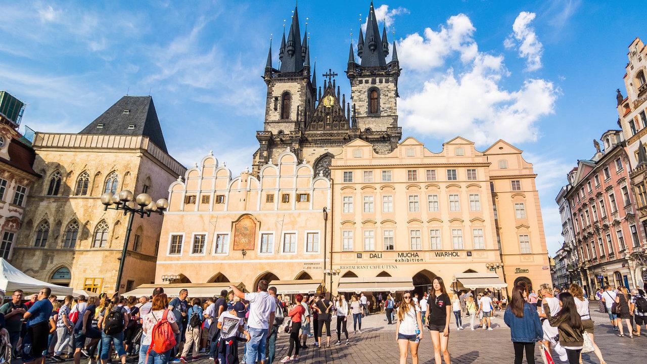 Turistická Praha. Hlavní město chce regulovat krátkodobé pronájmy. Ty využívají hlavně turisté.