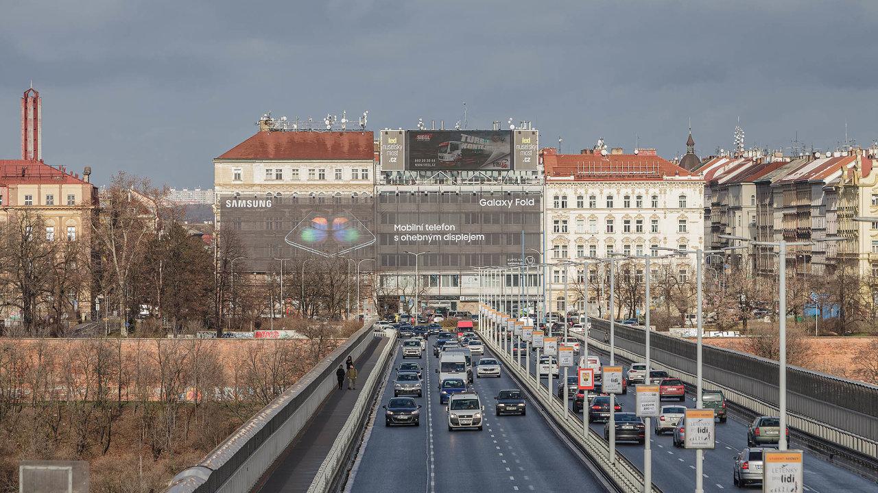 Dnes již nevisí. Obří reklamní plachtu Samsung včera sám stáhl, horní LED obrazovka ale svítí avydělává statisíce měsíčně dál.