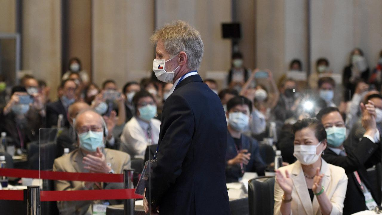 Předseda Senátu Miloš Vystrčil a ministryně hospodářství Tchaj-wanu Wang Mei-huan (vpravo) vystoupili v pondělí v Tchaj-peji na podnikatelském fóru.