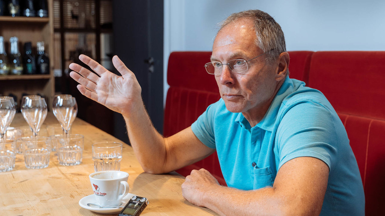 Ekonom Jan Švejnar je členem Národní ekonomické rady vlády známé pod zkratkou NERV.