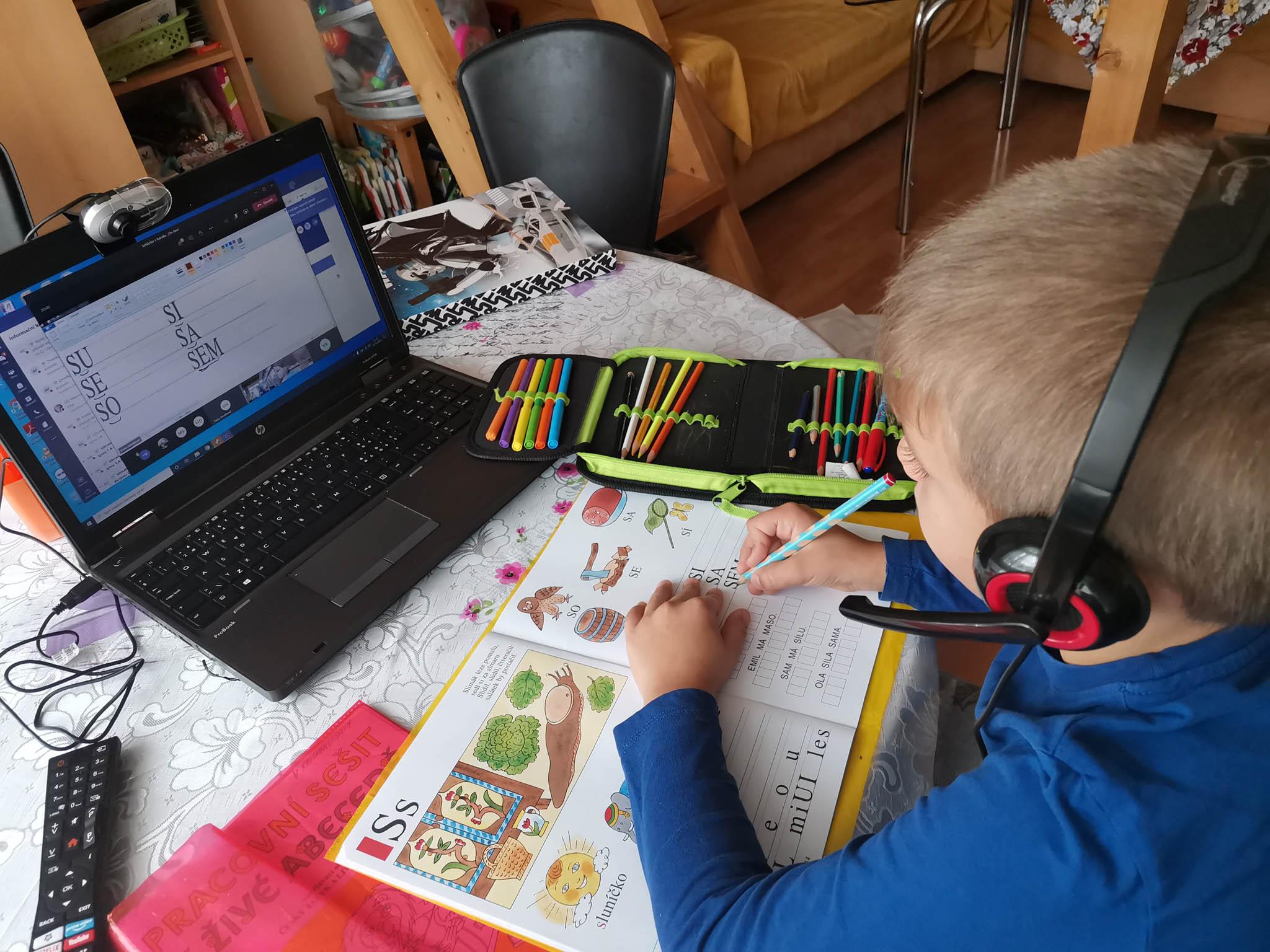 Dětem znejpotřebnějších neúplných rodin pomáhal Klub svobodných matek se zajištěním IT techniky apřipojením pro domácí výuku.